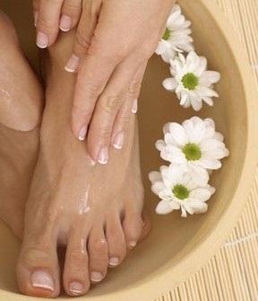 Стопы и складки между пальцами ног