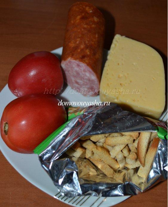 Салат с сухариками и колбасой и помидорами