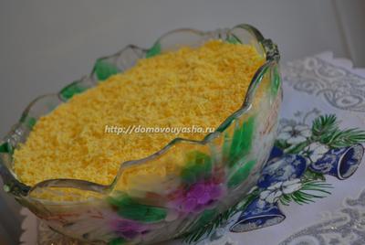 Слоеный салат из печени трески с соленым огурцом