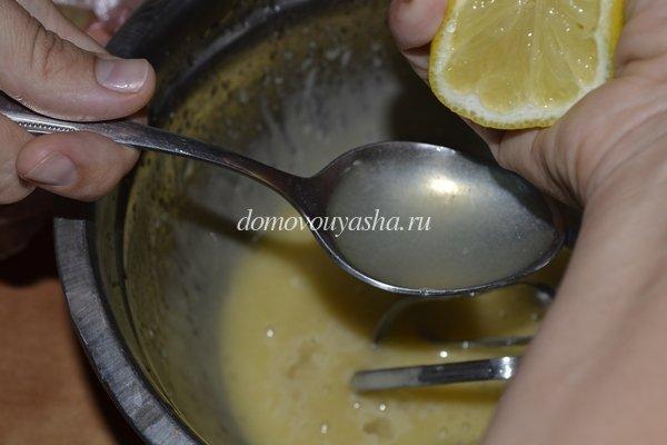 добавляем в майонез сок лимона