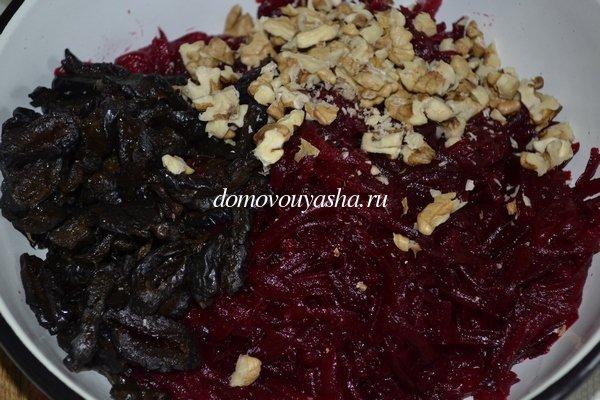 салат с грецкими орехами и черносливом и свеклой