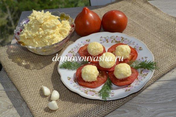 Салат сыр с чесноком и яйцом