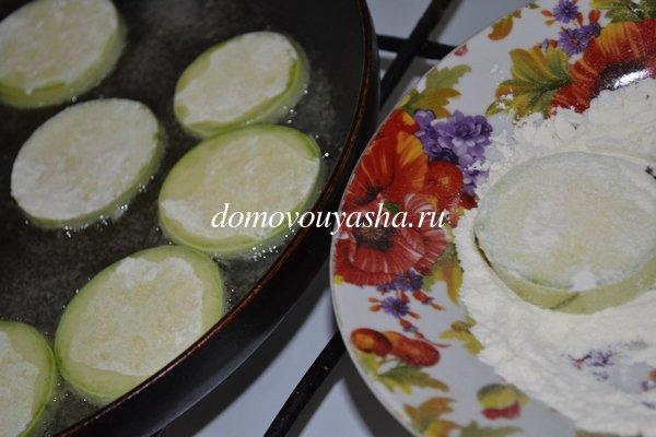 Как вкусно пожарить кабачки с майонезом и чесноком