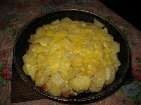 Мясо под овощами с сыром в духовке