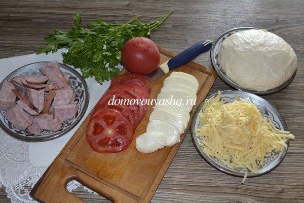 Пицца с помидорами колбасой и сыром рецепт