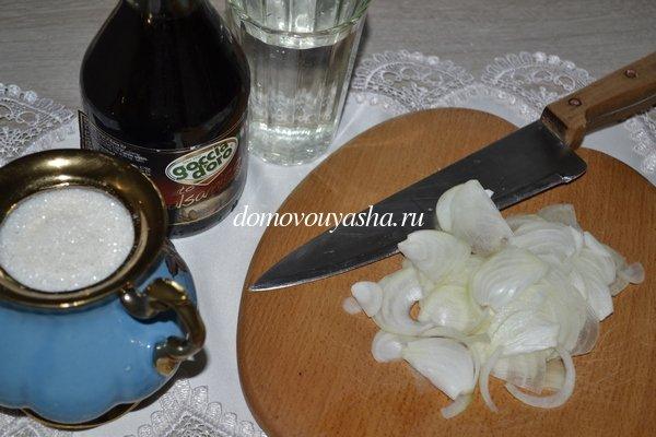 Салат из баклажанов с яйцом и маринованным луком