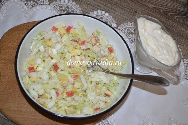 Салат из пекинской капусты, крабовыми палочками, ананасом