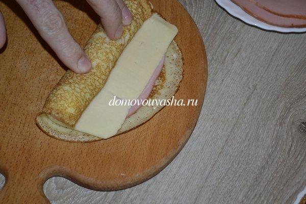 Рулетики из блинов с колбасой и сыром