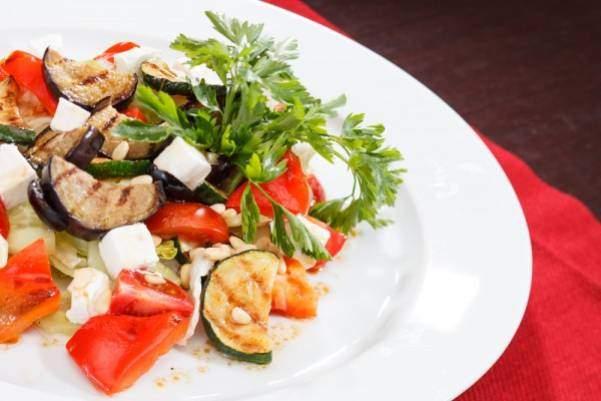 Рецепт теплого салата с фетой и баклажанами
