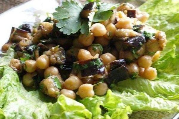 Салат из нута и соленых баклажанов