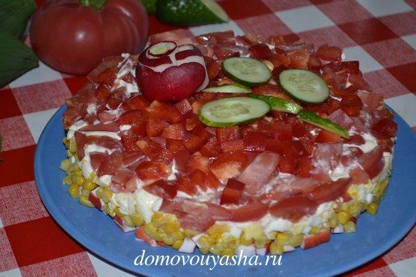 Крабовый салат с помидором и перцем
