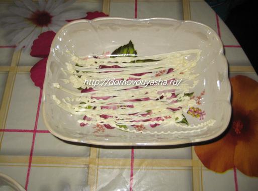 Салат слоеный с курицей и шампиньонами.