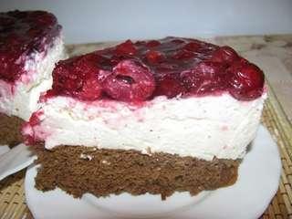 Шоколадный торт с суфле и вишней