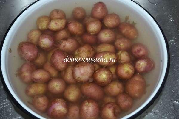 Молодая мелкая картошка на сковороде