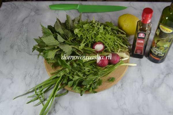 Салат из листьев одуванчиков и крапивы