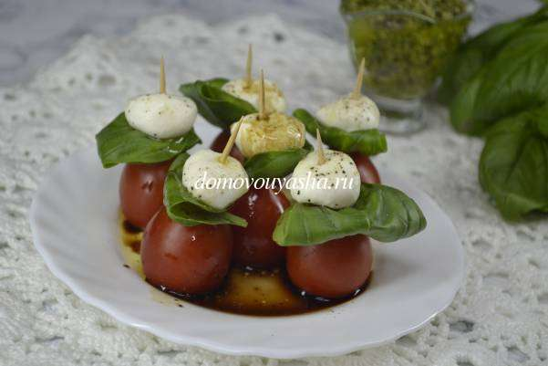 Салат Капрезе на шпажках с помидорами черри