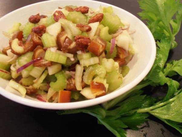 Салат из сельдерея, винограда и орехов