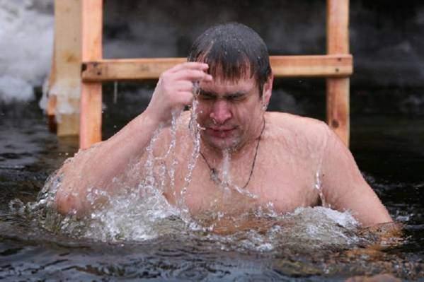 Купание в проруби на крещение