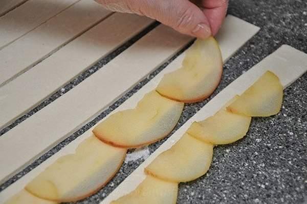 Розочки из слоеного теста с фруктами