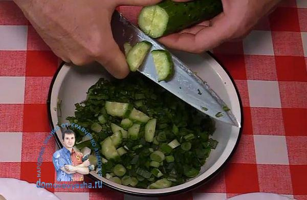 Рецепт салата с редисом огурцом и яйцом