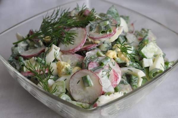 Салат из редиса с яйцом и сметаной