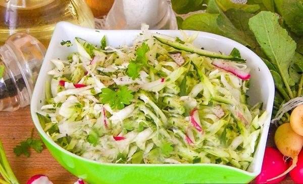 Салат из капусты редиса и огурцов