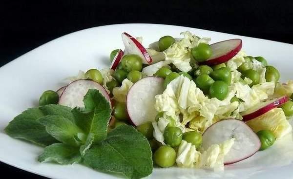Салат с зеленым горошком и редиской