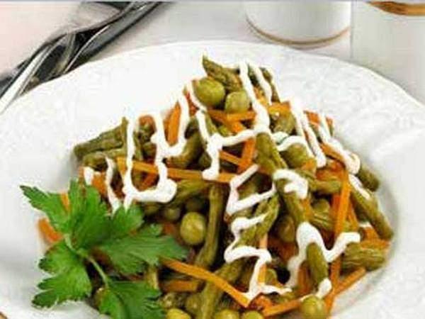 Салат из спаржи с тушеной морковью