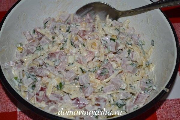 Салат с колбасой кукурузой сыром помидором