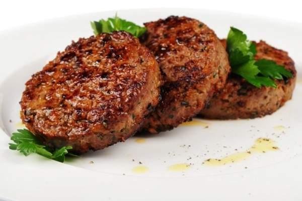 Печень вместе с салом и луком перекрутить на мясорубке.