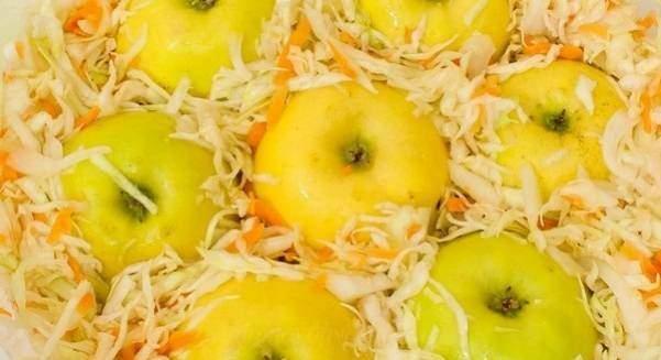 Моченые яблоки с капустой в домашних условиях