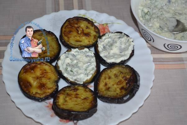 Баклажаны жареные кружочками с чесноком и помидорами