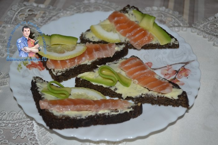 Бутерброды с черным хлебом и красной рыбой