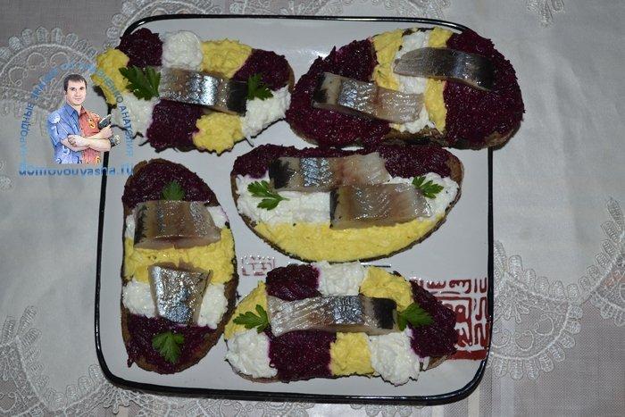 Бутерброды с селедкой и свеклой на черном хлебе