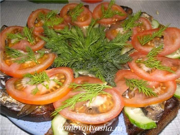 Бутерброды со шпротами на черном жареном хлебе
