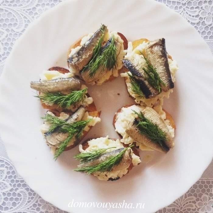 Бутерброды со шпротами сыром и чесноком