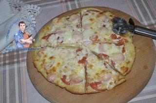 Пицца с сосисками помидорами и сыром