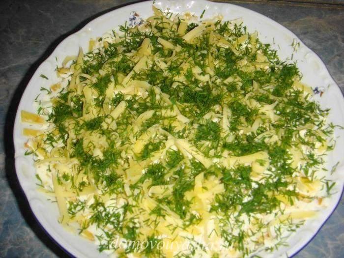 Салат ««Марсель»» с яблоком и тертым сыром, украшенный зеленью укропа