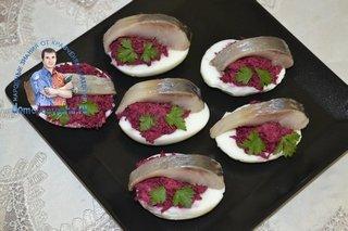 Яйца фаршированные сельдью и свеклой