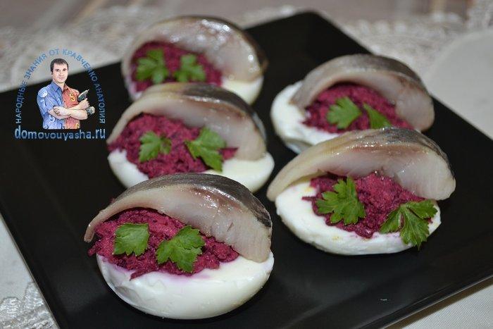 Фаршированные яйца свеклой и сельдью - рецепт пошаговый с фото