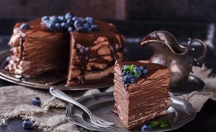 Шоколадный торт из блинов со сметаной и сгущенкой