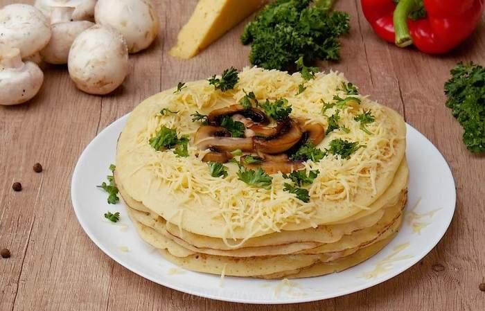 Закусочный блинный торт с курицей и грибами
