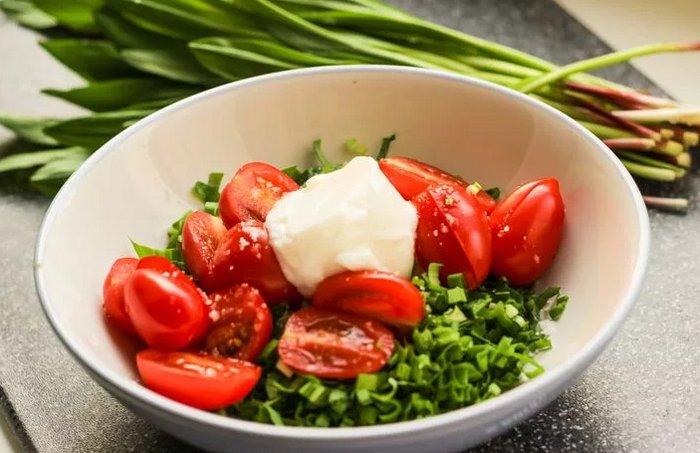 Салат из черемши с помидорами