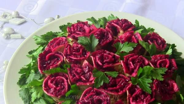 Красная роза с блинами