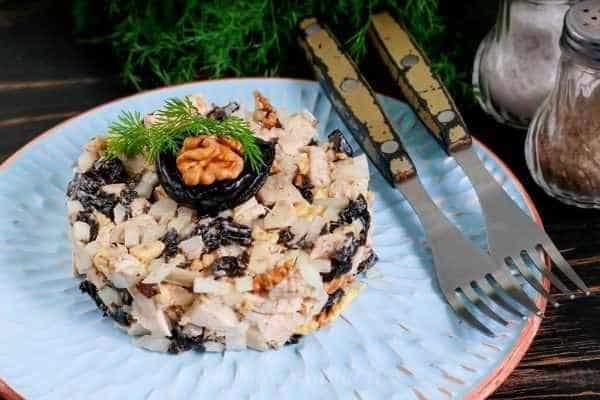 Пасхальный салат с грибами и черносливом