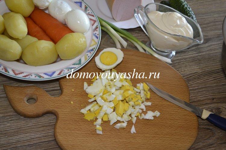 Салат оливье со свежим огурцом и колбасой