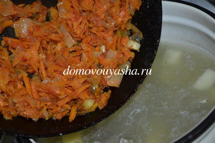 Зеленый борщ со щавелем и томатом