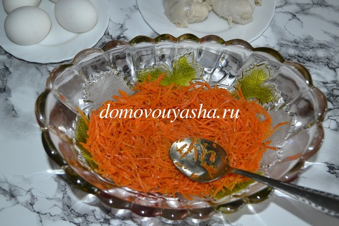 салат с чипсами и корейской морковью парус