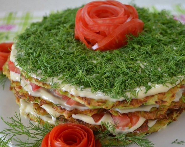 Торт из кабачков с помидорами и чесноком