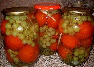 помидоры с виноградом в литровых банках
